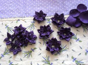 Tvoření kytiček, budou dozdobeny kolečkem z plsti, pošité korálky.