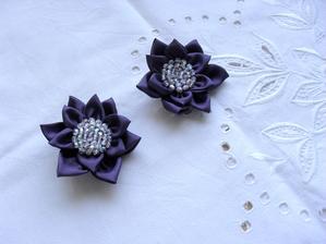 Fialové kytičky jako brože,  skutečná barva bohužel neodpovídá fotografii, jsou mnohem světlejší a více fialové