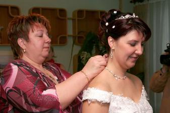 teta mi připíná náhrdelník