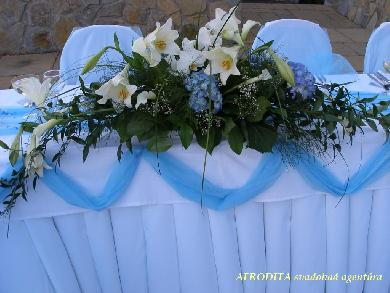 Danka a Szabi - velmi pekne len ine kvety..kaly, ruze a nieco drobne modre..))