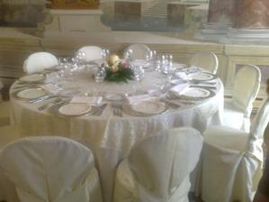 taketo budeme mat vyzdobene stoly len ta kvetinova vyzdoba bude ina
