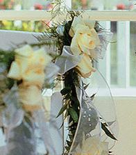 kvety v kostole na lavice