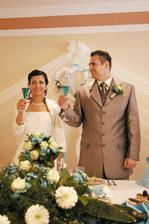 Slavnostny pripitok so svadobnymi hostami