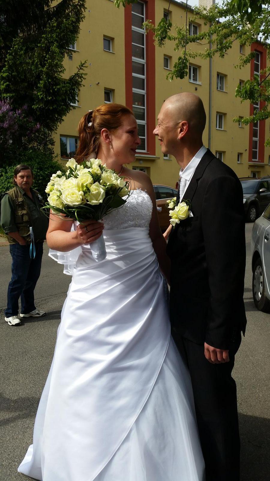 Monika Procházková{{_AND_}}Jakub Drvota - před odjezdem na radnici :-)