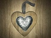 Dřevěné srdce s dekorem,