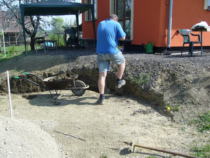 Stavba bazénu - Mamžel začal kopat základy na betonovou zídku.