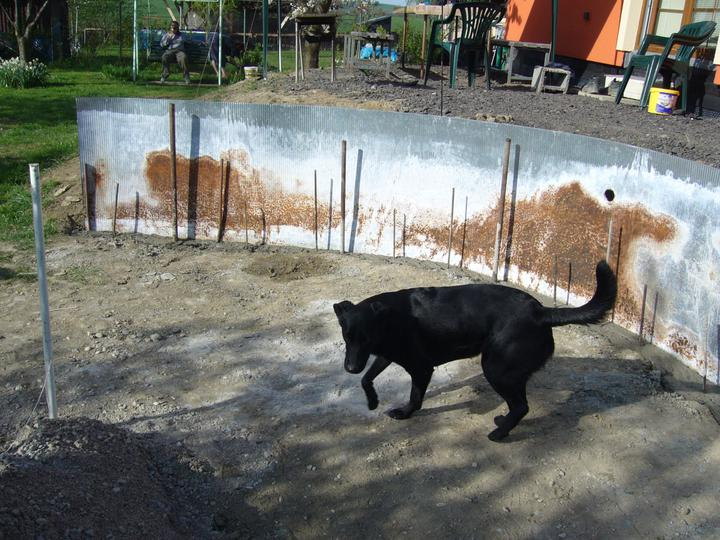 Stavba bazénu - Díky květnovým povodním se betonování protáhlo na čtyři týdny.
