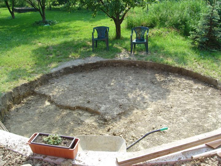 Stavba bazénu - Uff, pět dnů ručního kopání.