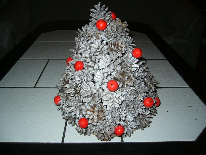 Vánoce 2010 - Stromeček z šišek