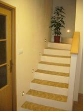 nedodělané schodiště (chybí nášlapnice)