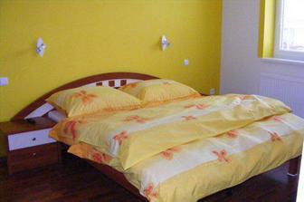 Pohodlná posteľ v našej spálni