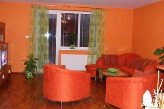 Obývačka s novým zeleným závesom.