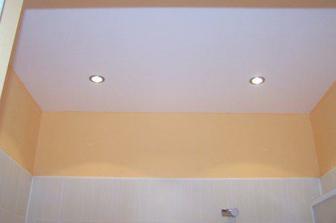 strop v koupelně