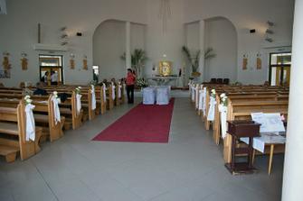 Kostol Ducha svätého v Dúbravke. Síce moderný, ale nádherne svetlý, veľkorysý a s milým kaplanom.