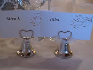 Menovky zo zvončekmi - darčekmi pre hostí.