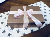 Růžová krabice na svatební dary s broží,