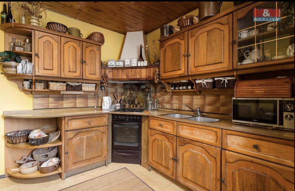 Kuchyně - Kuchyň původních majitelů. Fotka, prezentující se v inzerátu RK. Bohužel, realita neodpovídala ani z daleka skutečnému stavu kuchyně.
