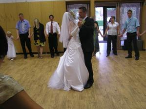 Náš první tanec, tančili jsme všichni s plnýma pupkama, tak to byla fuška :-)
