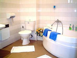 ...koupelna je pěkná(takovou bych chtěla doma)