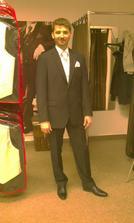 Tak jsme nakoupili - boty, oblek, košili, anglickou kravatu i kapesníček :) Nakonec v bílé :-D Omluvte kvalitu obrazu, hrozně jsem se styděla fotit v obchodě :-D
