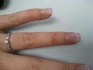 Zkouška gelových nehtíků, nechtěla jsem nic přeplácaného,ale zase ne čistě jen francouzskou...a to vše pod 300 Kč :)
