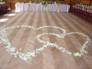 srdcia na podlahe v sale