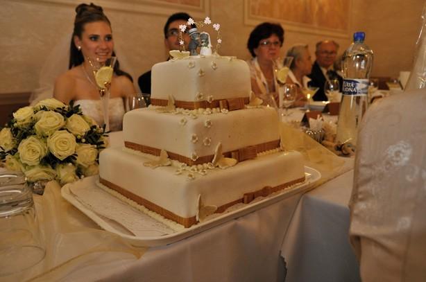 Elena Poláková{{_AND_}}Peter Záruba - svadobna torta - kazde poschodie ine - karamelove, jogurtove s ovocim, jahodove s jahodami, mnam mnam, bola super