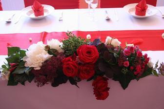 na hlavnom stole bude teda táto,ale biele ruze s fréziami nakombinované :)