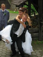 Jak pak se asi dostaneme ke svatebnímu stolu přes práh??????