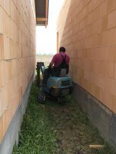 Traktorik zacal kopat okolo domu