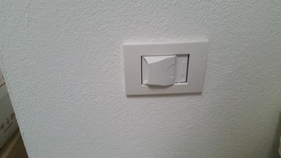 3x zastrcky v stene