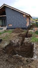 Jamy na COV a trativod vykopane