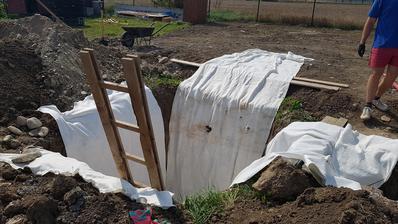 Vykopana jama na trativod s pripravenou geotextiliou