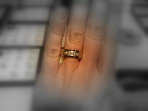 Prstýnky budou originál od zlatníka ve žlutém zlatě a s pěti kamínky (ženich bez kamínků)