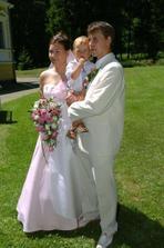 šťastní novomanželé se synkem