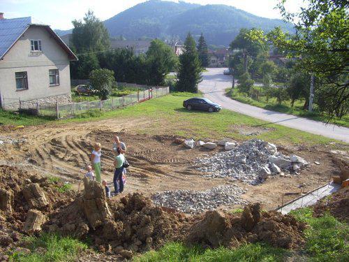 Nas dom - pohlad z hora na cely pozemok tam kde stojime je zahrada a dole bude stat dom