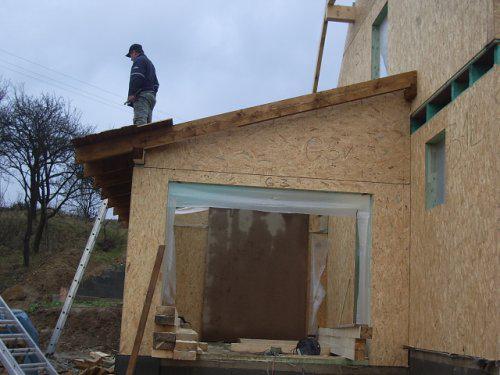 Nas dom - este raz manzelik na garazovej streche