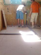 chlapi skusaju vodu v kupelni