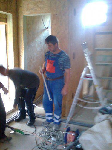 Nas majster a kamarat robi pripojky na podlahove kurenie a manzel asistuje