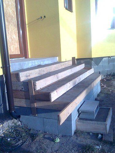 Nas dom 2 - schody do domu hotove uz len nanos zeme chyba