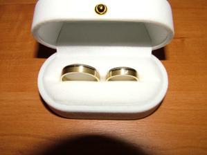 Tak to jsou naše prstýnky, jednoduché, ale mooc se nám líbili :o))