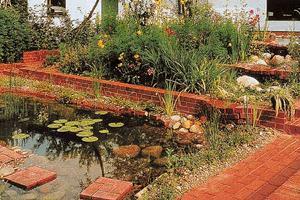 máme spoustu starých půdovek, takže to bude základní materiál v zahradě