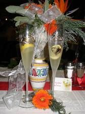 moja svadobna kytica a nase pohare a manzelovo pierko