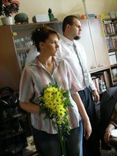 """kytici jsem si převzala v """"civilu"""",ženich mě v bílém viděl až na radnici (na fotce jsem s bratrem)"""