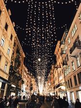 Rennweg Zürich.. krasse osvetlenie vianocne! Bahnhofstrasse takto nesvieti.. tam je gyc, farebny