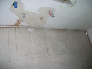 pokreslena kuchyna (rozlozenie ) skrinka (drez) potravinova skrinka (nizka 90cm) v rohu rura a microvlnka
