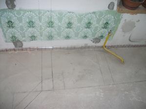 pokreslena kuchyna (rozlozenie ) v rohu microvlnka, spodna suflikova skrinka (hore varna doska) vedla skrinka suflikova