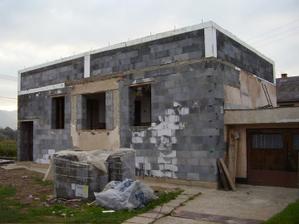 Veniec zaliaty spolu s betonovymi pyliermi (previazanych s dekou 14roksormy)