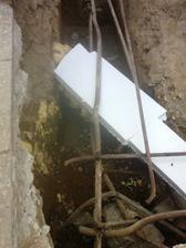 Tak a maly zadrhel plynova rura cez zaklady (ine riesenie sme nevymysleli- navlecena rura a z vnutra vypenene pur penou na to este 2x5cm polystiren
