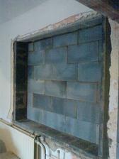 stare okno v jedalni vyuzijeme ako vyklierovu presklenu skrinu pre sviatocne taniere